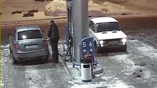 Liada en la gasolinera