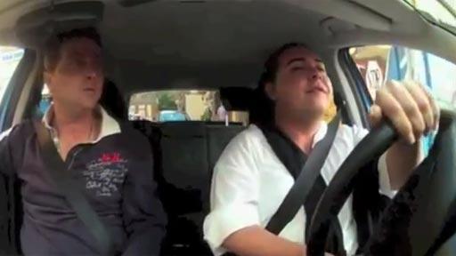 Falente conduciendo