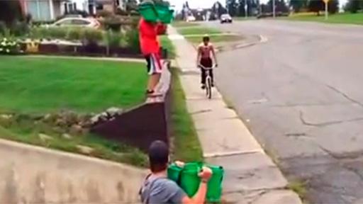 Dos cubos en bici