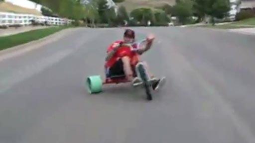Triciclo derrapando