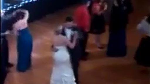 Mientras en la boda