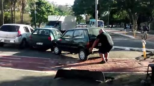 Coche en carril bici