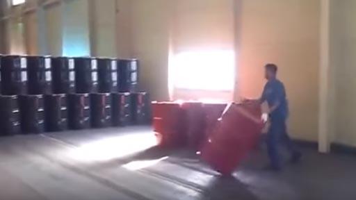 Moviendo barriles vacíos
