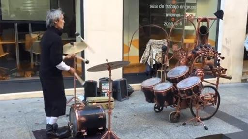 Malabarista tocando la batería