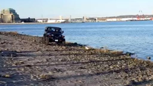 Conducir borracho un Jeep por el mar