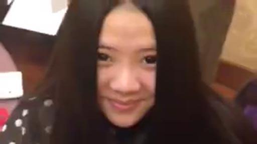 Esta chica oculta algo bajo su melena