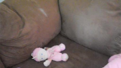Niña en un sofá con estática
