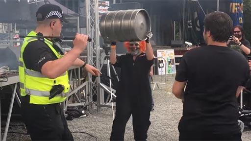 El concierto y la diversión con el barril de cerveza
