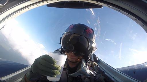 ¿Se puede beber agua en un avión haciendo piruetas?