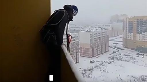 Salto en paracaídas desde el balcón