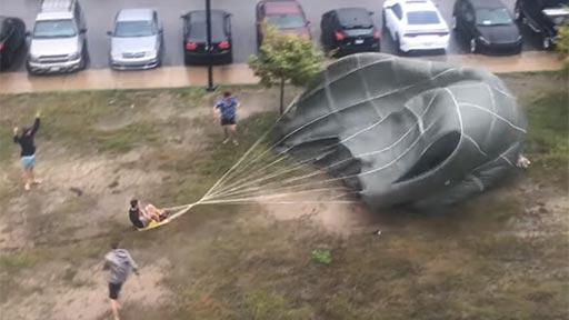 Militares jugando con un paracaídas