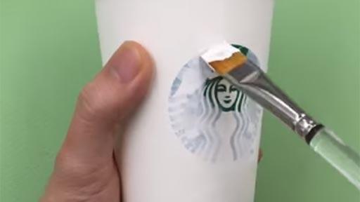 Arte con vasos de Starbucks