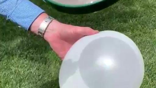 Haciendo estallar globos con una lupa